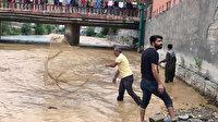 Van-Çatak yolu sel nedeniyle kapandı: Vatandaşlar göle dönen yola ağ atıp balık tuttu