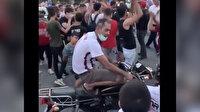 Hatayspor'un Süper Lig'e çıkmasını kutlayan vatandaşlardan biri motosikletinin üzerine çıkarak kendinden geçti