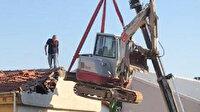 Arnavutköy'de vince bağlı iş makinasıyla tehlikeli yıkım kamerada