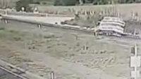 Tekirdağ'da domates yüklü kamyonetin devrilme anı kamerada