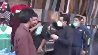 Pakistan'da komedi programı muhabiri maske takmayanlara tokat attı