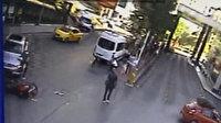 Dikkatsiz sürücünün çarptığı motosikletli genç aracın kaputuna uçtu