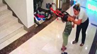 Vicdansız kadın köpeğiyle oynadıklarını iddia ederek komşusunun iki çocuğunu böyle dövdü