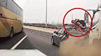 Çin'de kamyon arıza yapan araca çarptı, sürücü aracın tavanına uçtu