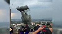 Kolombiya'da halk sömürgenin sembollerinden olan İspanyol subayın heykelini yıktı
