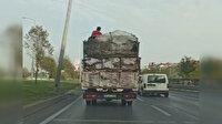 Arnavutköy'de hurda yüklü kamyonet kasasında tehlikeli yolculuk