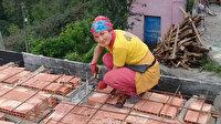 Ayşe usta inşaatlarda becerisi ile erkek meslektaşlarına taş çıkarıyor