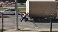 Sivas'ta hareket halindeki kamyonetin arkasına asılan çocukların tehlikeli oyunu kamerada