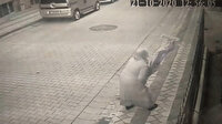 Şehit Esma Çevik'in babaevine asılan Türk bayrağının ipini kopararak yere atan kadın kamerada