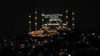"""Büyük Çamlıca Camii'ne """"Güllerin Gülistanı Gül Efendim"""" yazılı mahya asıldı"""