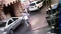 İstanbulun göbeğinde bıçaklı dehşet kamerada: Ortaokul arkadaşı tarafından böyle bıçaklandı