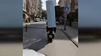 2 metrelik metal silindiri başına geçirerek taşıdı