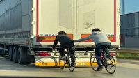 Bursa'da TIR'ın arkasına tutunan bisikletli gençlerin tehlikeli yolculuğu kamerada