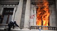 Guatemala'da tansiyon yükseldi: Kongre binasını basıp ateşe verdiler