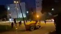 Fransa'da sokaklar yine karıştı: Protestocular çaldıkları iş makinası ile güvenlik kameralarını yıktı