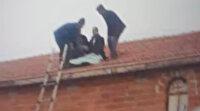 Konya'da görenleri şaşırtan kaza: Kamyonetten fırlayan sürücü evin çatısına uçtu