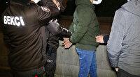 İki suçtan aranan genç polise adres sorunca yakayı ele verdi