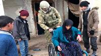 Mehmetçik, Barış Pınarı bölgesinde yaşlı kadına tekerlekli sandalye hediye etti