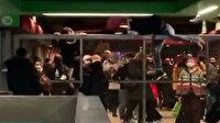 İtalya'da kapatılan metroya bariyerlerden atlayarak girdiler