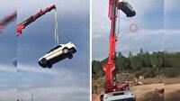 Vinçle tehlikeli çekim: Otomobili 30 metre yüksekliğe çıkardıkları sırada kadın ve çocuğun olması tüyleri ürpertti