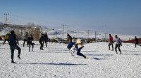 Kar altında futbol turnuvası: Zorlu koşulları fırsata çevirdiler