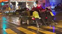 Zonguldak'ta trafik polisleri yolda kalan otomobili iterek sürücüye yardım etti