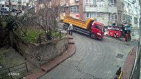 Beyoğlu'nda kamyon binaya girdi: Yaşanan panik anları kameraya yansıdı