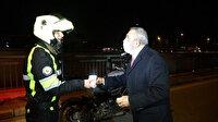 Ünlü sanatçı Yavuz Bingöl kısıtlamada görevli polislere çorba dağıttı