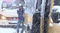 Gaziosmanpaşa'da yollar buz tuttu: Yolda kalan minibüsü yolcular itti
