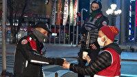 Ankara'da Kızılay ekipleri soğuk havada görev yapan polislere çorba ikramında bulundu
