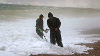 Dedektörünü kapan sahile koştu: Antalya'da dev dalgalar arasında tehlikeli arayış