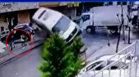 Sancaktepe'de  gençler minibüsün altında kalmaktan saniyelerle kurtuldu