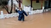 İzmir'de sağlık çalışanı hastaya müdahale etmek için beline kadar suya girdi