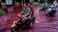 Endonezya'da sel suları sokakları kırmızıya boyadı