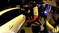 Motosikletli gençler, sinyal vermeden döndüğünü iddia ettikleri sürücüyü tekme tokat dövdü