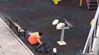 Temizlik görevlisi çocuk parkındaki çekirdek kabuklarını tek tek topladı