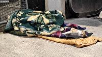 Taksim alt geçitte yürekleri ısıtan görüntü: Sokakta yatan kişi battaniyesini kediyle paylaştı