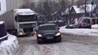Karlı yolda mahsur kalan tırın yardımına lüks araç yetişti