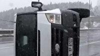 Kadıköy'de araç bariyerlere çarpıp yan yattı