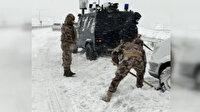 Kar nedeniyle yolda kalan servis aracının yardımına Özel Harekat polisleri koştu