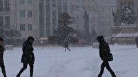 Beylikdüzü'nde yoğun kar yağışı nedeniyle trafik durdu