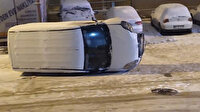 Hafif ticari araç karda kayan gencin üzerine devrildi
