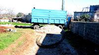 Tapulu arsasından geçen yolu kapattı, sağlıkçılar traktörle hastaya ulaşabildi