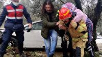 Kontrolden çıkan otomobil zeytinliğe uçtu: İtfaiyeci, sedyenin girmediği alanda yaşlı kadını sırtında taşıdı