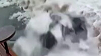 Ukrayna'da yolda yürüyen adamın başına buz kütlesi düştü