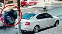 Esenyurt'ta kasiyer, kaçmaya çalışan hırsızları arabaya asılarak engellemeye çalıştı