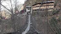 Evine demir kapılı asma köprüden geçilerek gidiliyor: 50 metre uzunluğunda