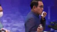Tayland Başbakanı basın toplantısı sonrası muhabirlere dezenfektan sıktı