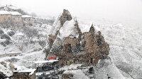 Kar altında bir başka güzel: Beyaz gelinlikli Peribacaları görenleri hayran bırakıyor