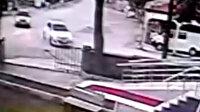 Virajı alamayan otomobil cami duvarına çarptı